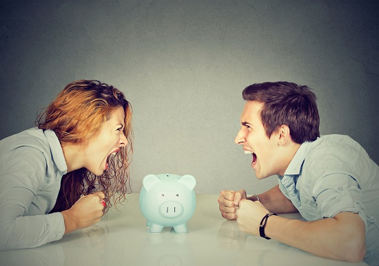 Barbat si femeie ce tipa unul la altul, cu privire la bani