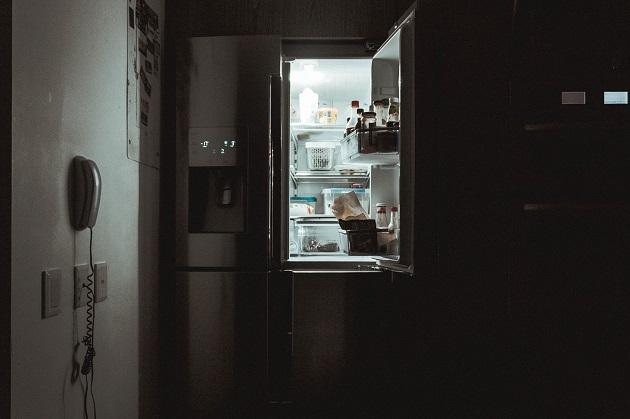 frigider in noapte