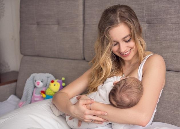 mamica cu bebelusul sau
