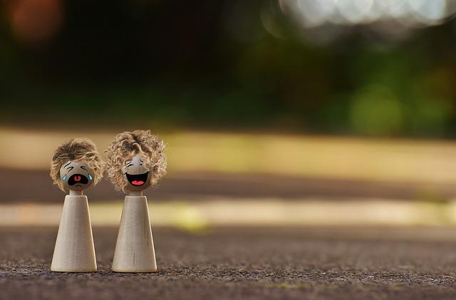 figurina care rade si plange
