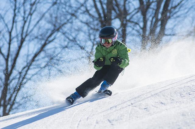 copil care schiaza