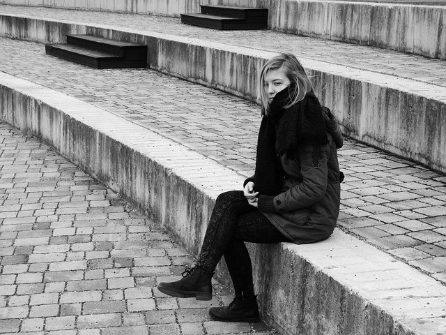 femeie singura si trista