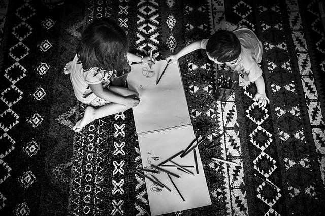copii care deseneaza
