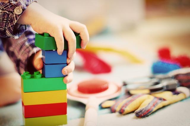 copil care se joaca cu jucarii