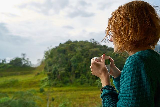 femeie cu cafeaua de dimineata