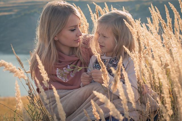 mama si copil care stau de vorba