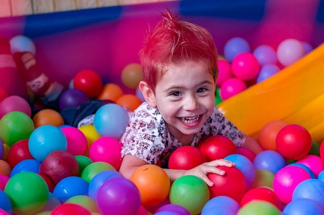 copil fericit care se joaca
