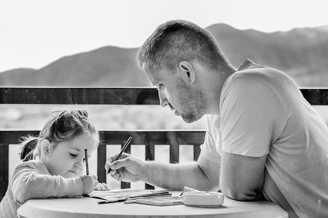 tatal scrie cu copilul