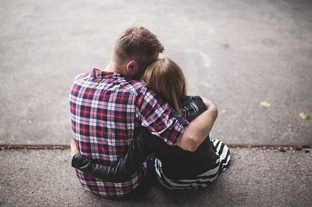 cuplu care se imbratiseaza