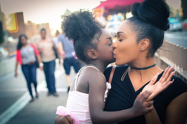 mama si fiica intr-un moment de afectiune