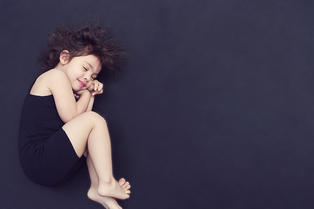 copil care sta singur