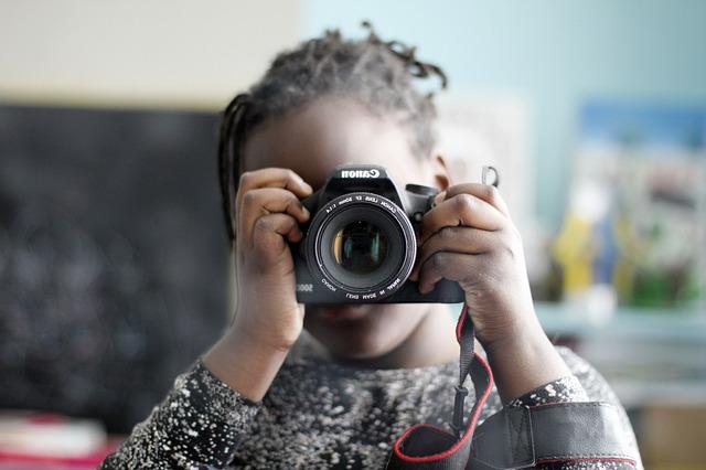 copil cu aparat foto