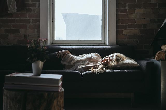 femeie obosita care sta in pat