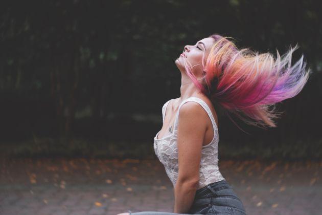 femeie cu parul vopsit in culori indraznete