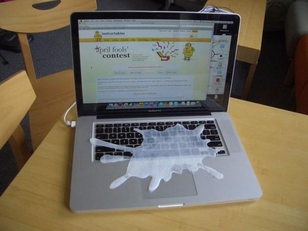 pata de lapte pe laptop