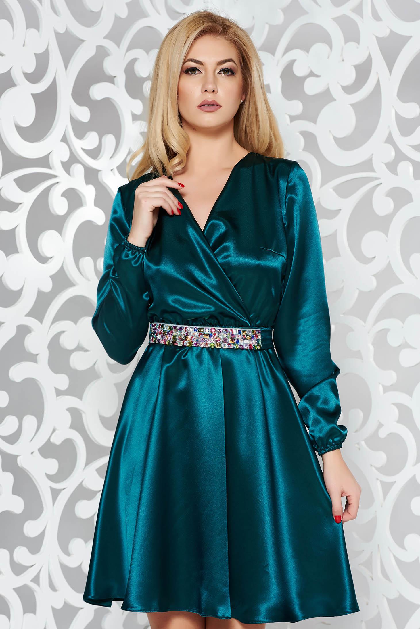 Rochie StarShinerS verde de ocazie din material satinat cu elastic in talie accesorizata cu cordon cu pietre stras