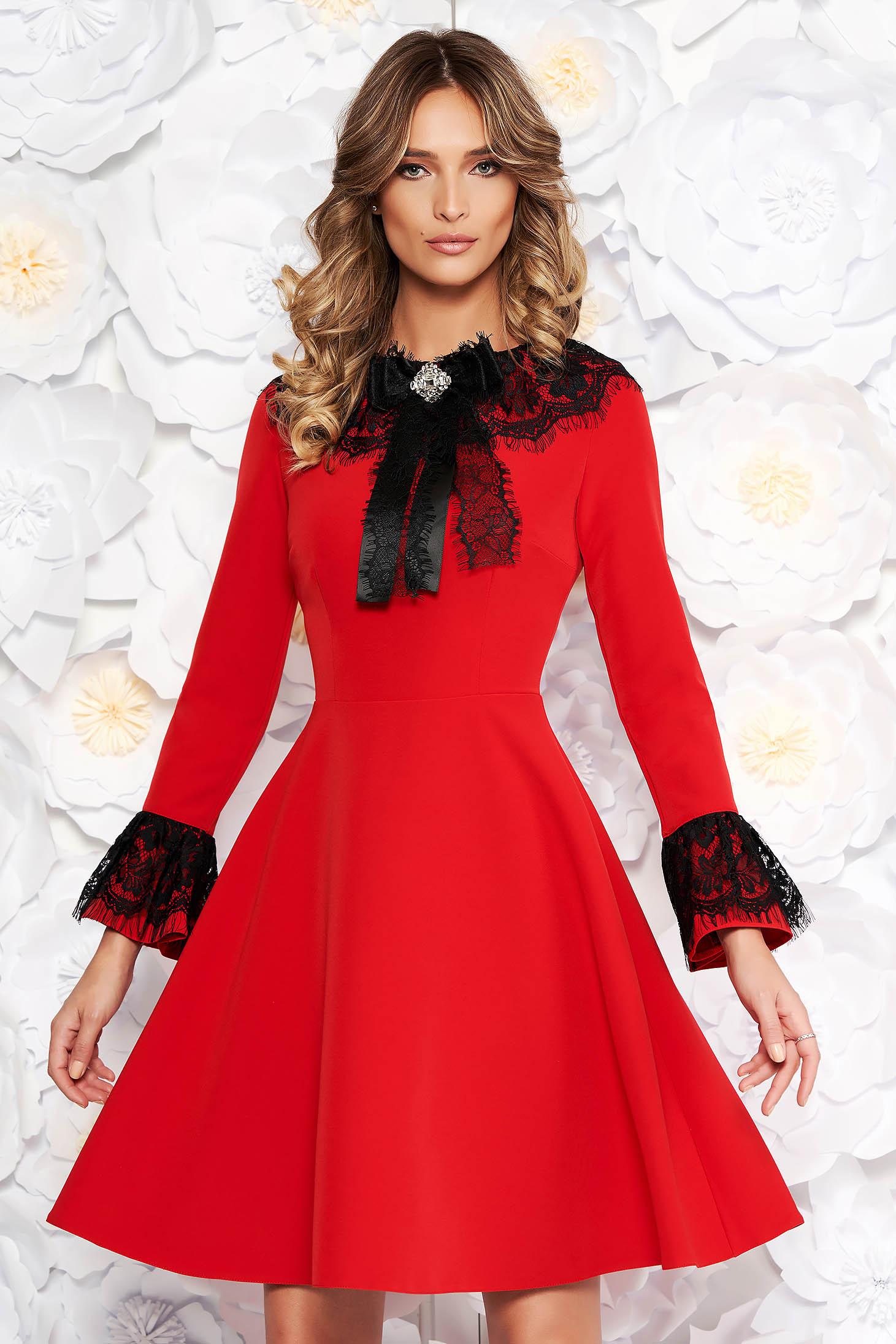 Rochie rosie eleganta in clos din stofa subtire usor elastica captusita pe interior cu aplicatii de dantela