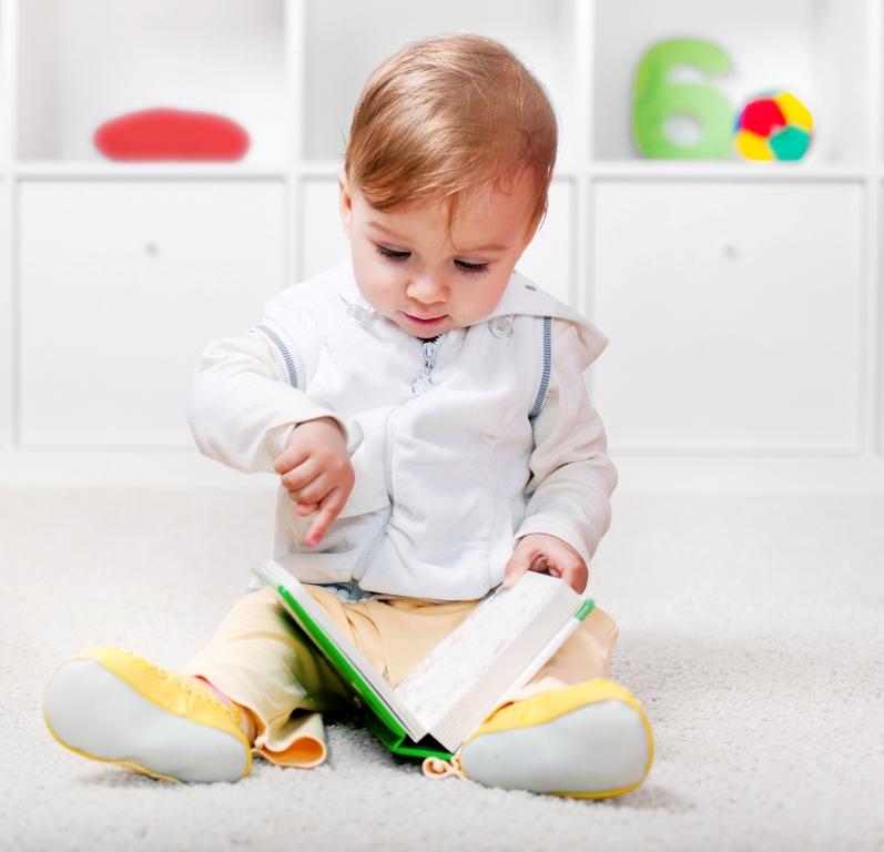 copil se uita pe carte