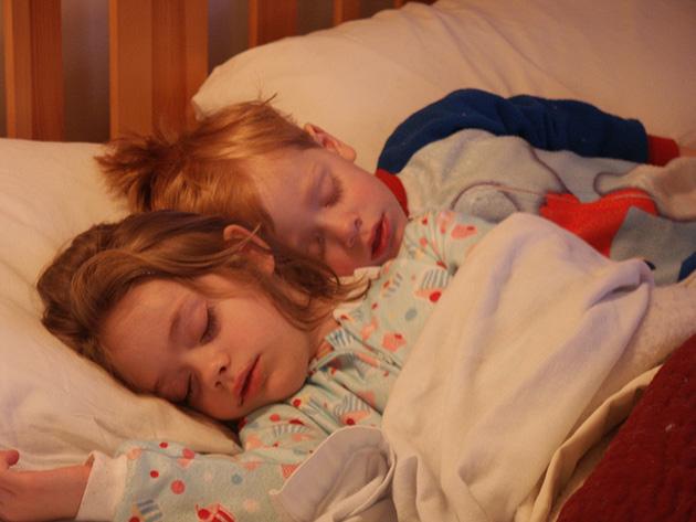Fratiori dorm impreuna