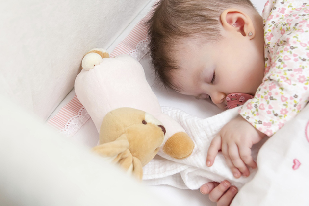 bebelus cu suzeta