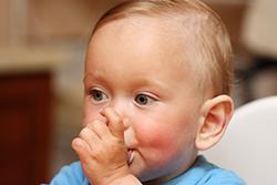 bebelus isi suge degetul