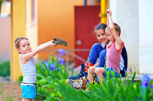 copil ameninta cu arma de jucarie