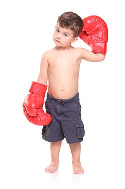copil cu manusi de box