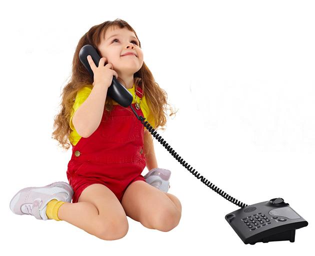 Fetita vorbeste la telefon