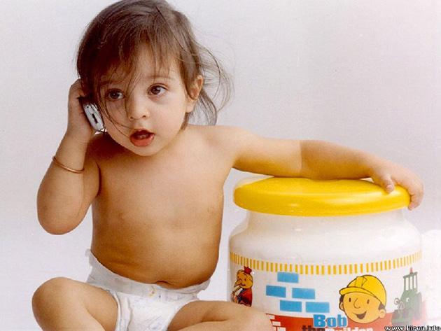 Bebelus vorbeste la telefon