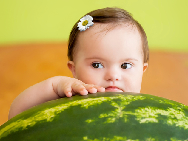 fetita cu un pepene urias