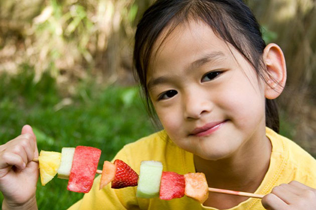 Fetita cu frigaruie din fructe