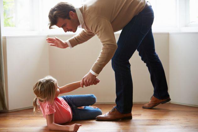 ce faci daca vezi ca un parinte isi bate copilul