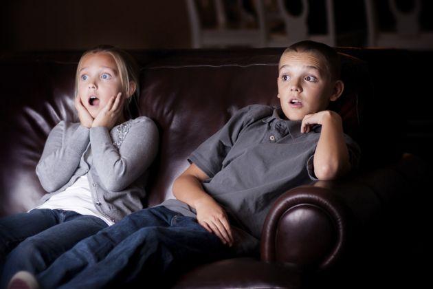 un copil se uita prea mult la televizor