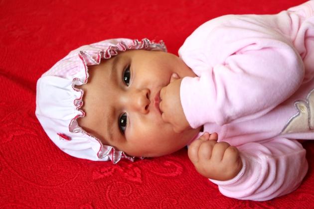bebelusul pumnul in gura