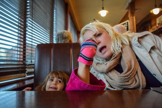 copiii se comporta altfel cand sunt mamele de fata