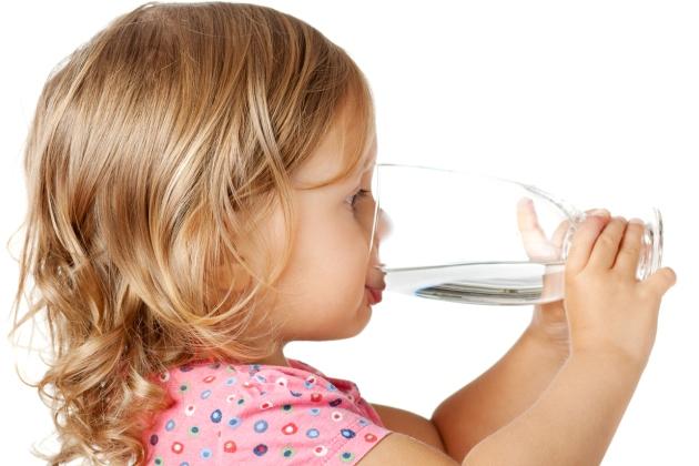 cata apa trebuie sa bea copilul