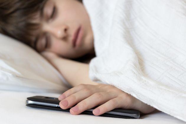 copilul doarme cu telefonul in camera
