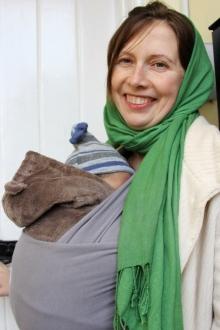 mama cu bebelus in wrap