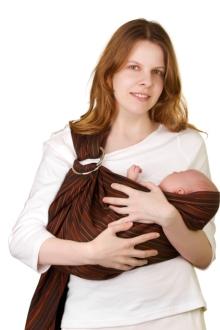 mama cu bebelus in marsupiu