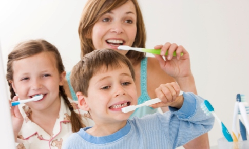 familie care se spala pe dinti