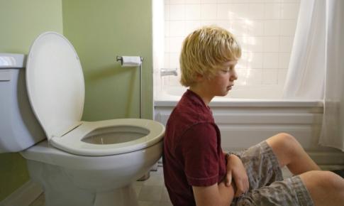 baiat cu probleme de stomac
