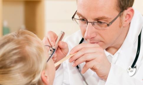doctorul controleaza gatul unei paciente