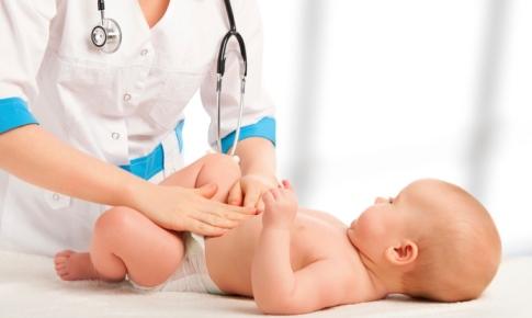 medicul consulta un bebelus