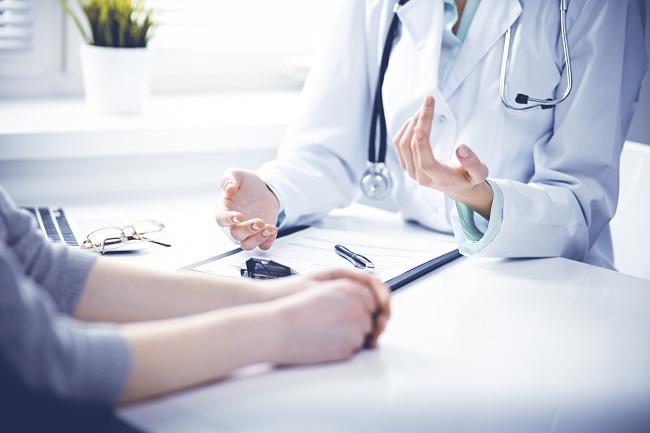 medic ce ii da explicatii pacientei sale