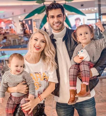 Andreea Balan, George Burcea si fetitele Clara si Ella Maya
