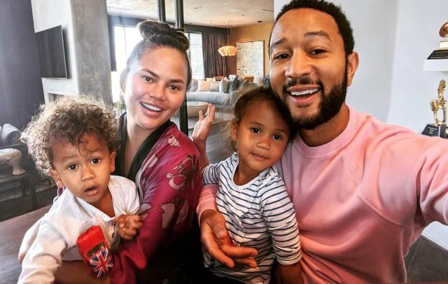 Chrissy Teigen alaturi de John Legend si copiii