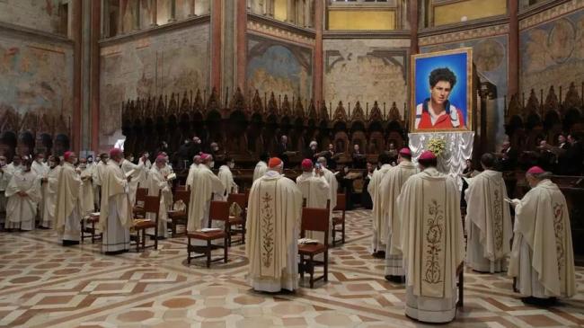 carlo acutis prima persoana contemporana beatificata de biserica catolica