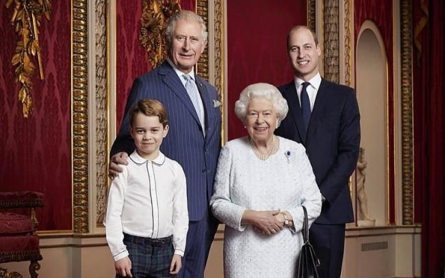 Regina Elisabeta a II-a alaturi de Printul Charles, Printul William si Printul George