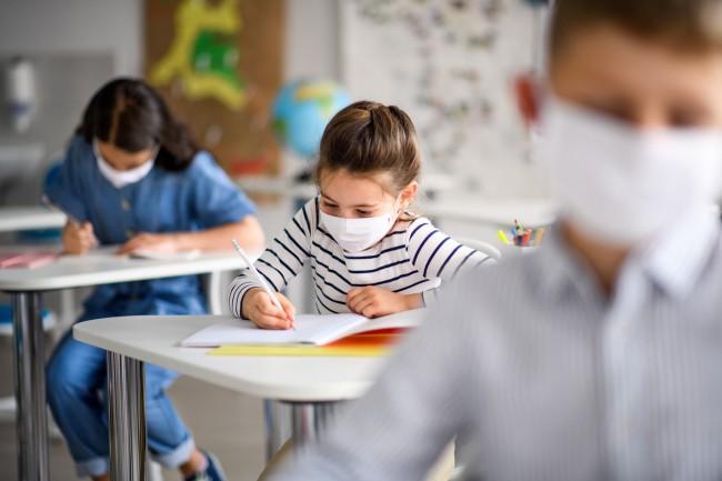 elevi cu masca in banci la scoala