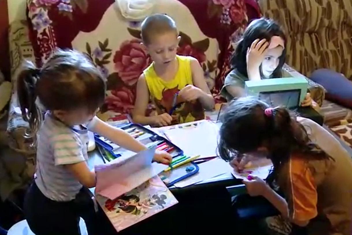 Opt copii împart o singură tabletă pentru a putea ține pasul cu ce se predă la școală